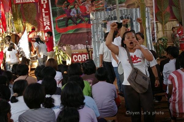 當地青年用戲劇說明部落受政府壓迫的處境