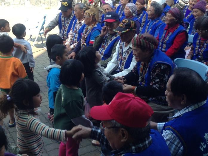 部落耆老與小孩